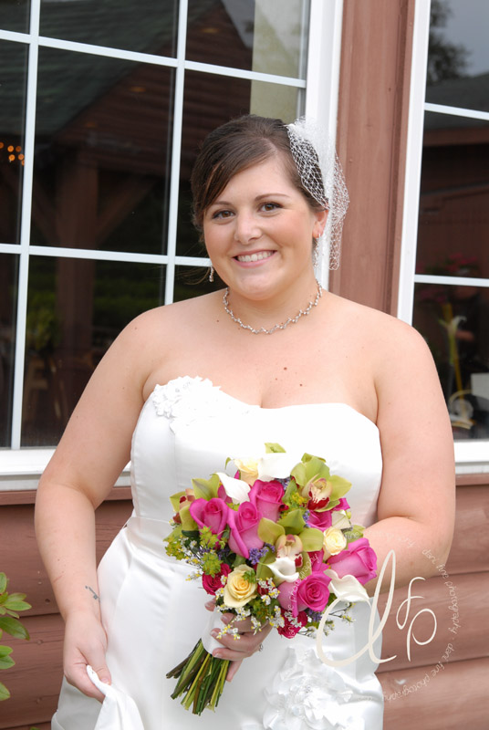 Bride with natural makeup and a bouquet with pink flowers