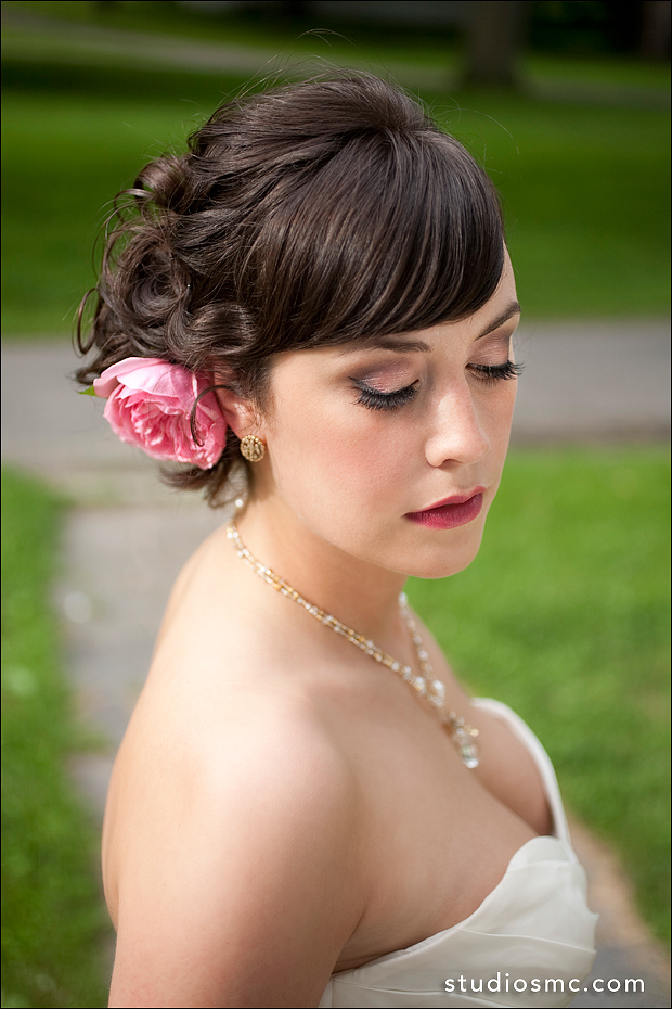 Bride with sexy eye makeup, false eyelashes & berry lips