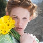 Redhead with natural barely there makeup and a daffodil bouquet