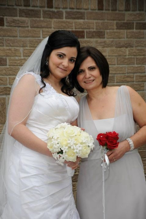 Bride posing with her mom wearing natural makeup