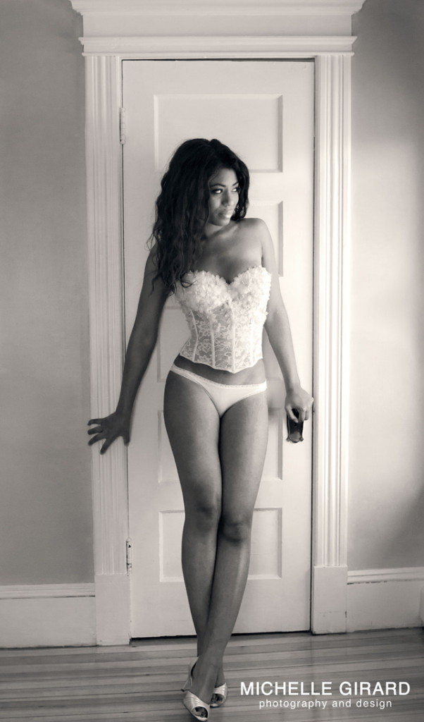 black & white boudoir photo with afroam model